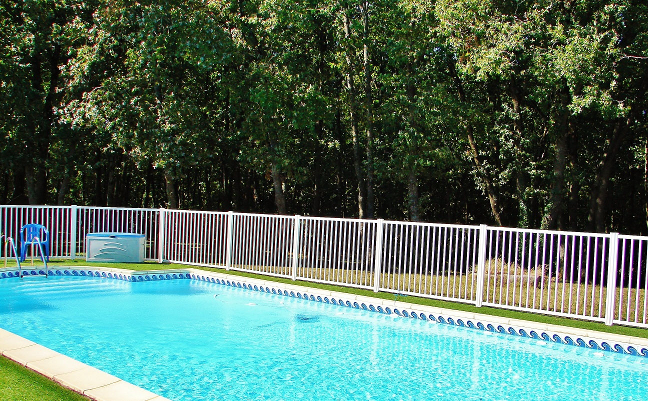 Barri re de piscine en aluminium avec thermolaquage for Barriere de piscine demontable