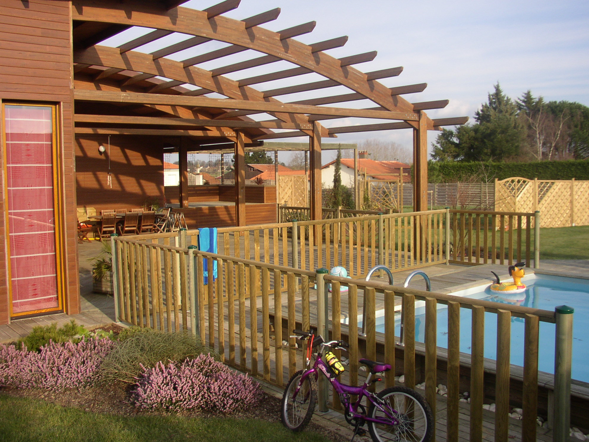 cl ture piscine bois ecobois une barri re bois de piscine. Black Bedroom Furniture Sets. Home Design Ideas