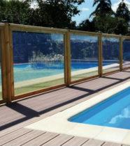 Cloture de piscine en bois et PMMA