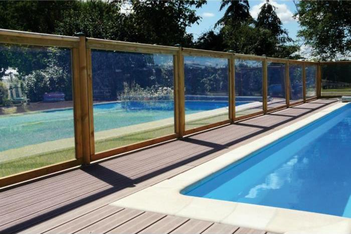 excellent elegant barrire piscine bois de scurit une clture bois discrte with barriere piscine. Black Bedroom Furniture Sets. Home Design Ideas